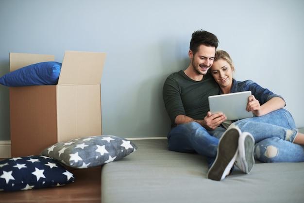 Jeune couple dans une nouvelle maison prenant des décisions