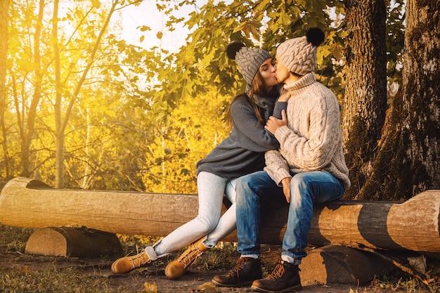 Jeune couple dans le parc au jour d'automne ensoleillé