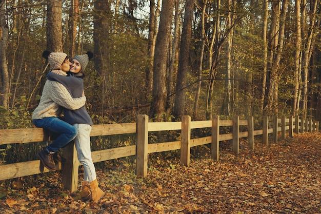 Jeune couple, dans parc, à, ensoleillé, jour automne