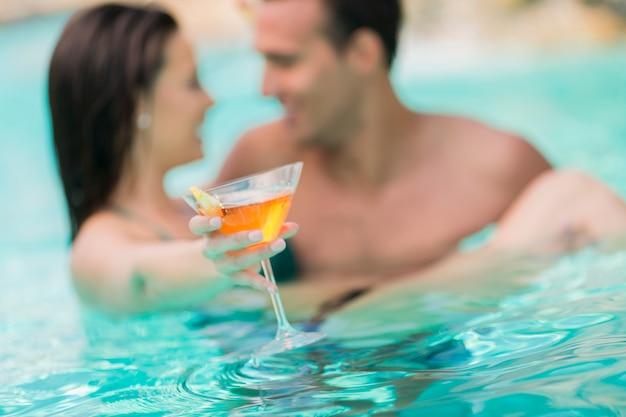 Jeune couple dans la piscine