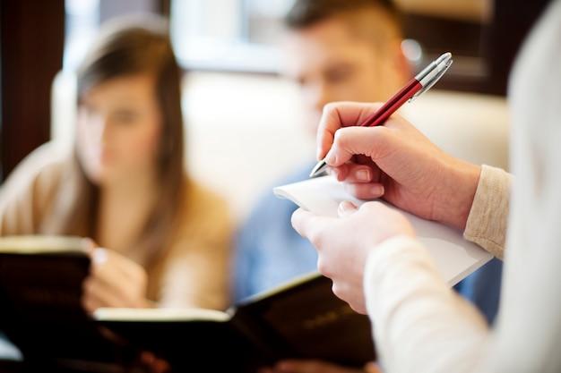 Jeune couple, dans, restaurant