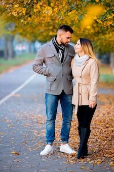 Jeune couple dans la ruelle de la saison d'automne