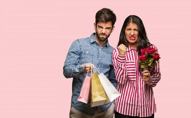 Jeune couple dans la saint valentin crier très en colère et agressif