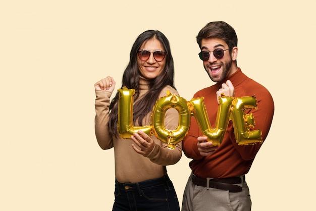 Jeune couple dans la saint valentin, danser et s'amuser