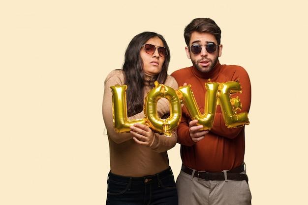 Jeune couple dans la saint valentin va froid en raison de la basse température