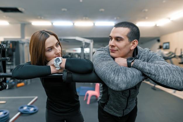 Jeune couple dans la salle de sport