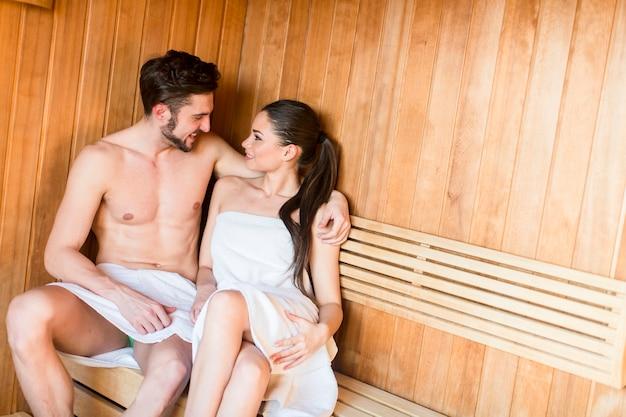 Jeune couple dans le sauna