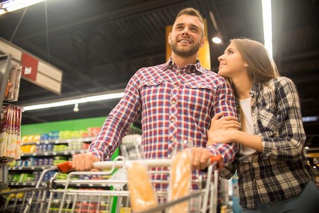 Jeune couple, dans, supermarché