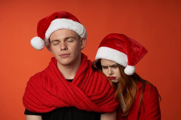 Jeune couple dans les vêtements du nouvel an vacances de noël fond isolé