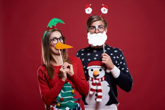 Jeune couple dans des vêtements de noël étranges