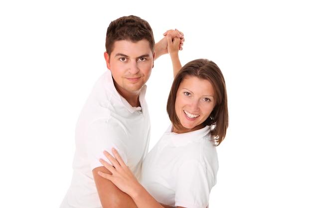 Un jeune couple dansant sur blanc