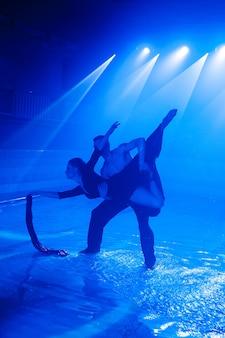 Jeune couple dansant dans l'eau.