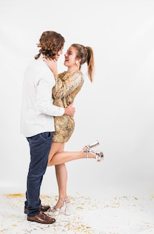 Jeune couple dansant à la fête