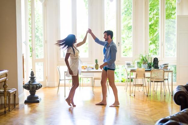 Jeune couple, danse, chez soi