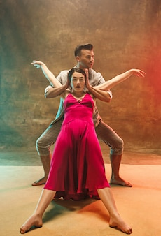 Jeune couple de danse moderne flexible