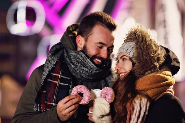 Jeune couple datant de la ville