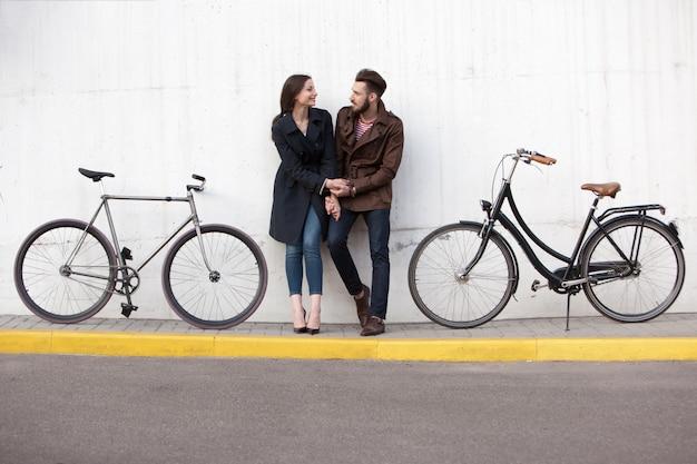 Jeune couple, debout, contre, mur, et, étreindre