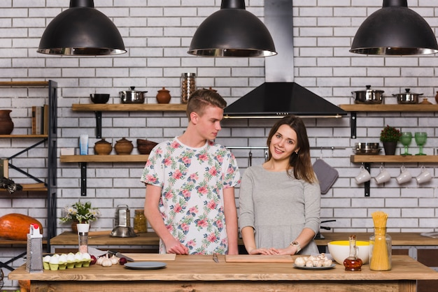 Jeune couple, debout, dans, cuisine