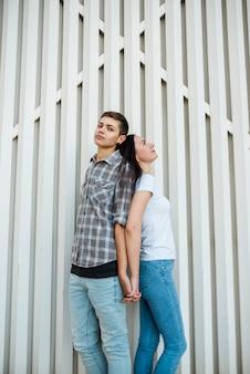 Jeune couple debout dos à l'autre