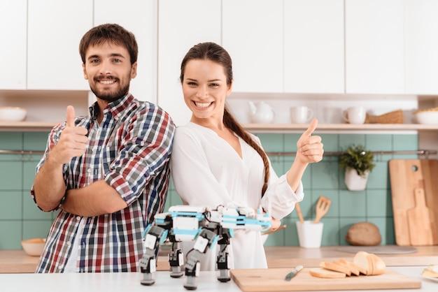 Jeune couple debout dos à dos. robot devant.