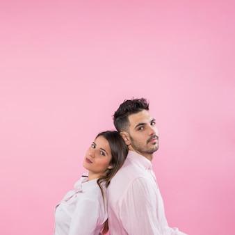 Jeune couple, debout, dos à dos
