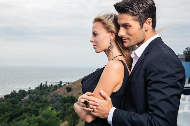 Jeune couple debout à l'extérieur