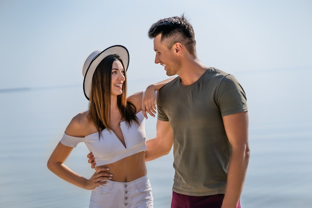 Le jeune couple debout à la plage
