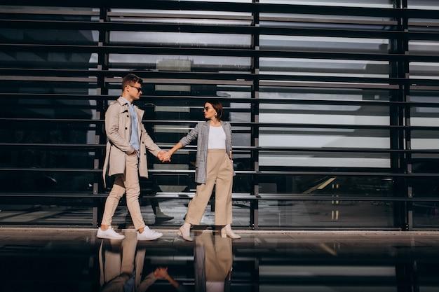 Jeune couple debout près du bâtiment