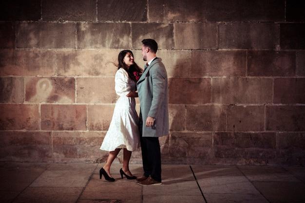 Jeune couple, debout, soir, rue