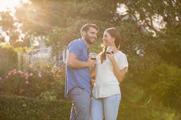 Jeune couple, debout, à, verre à vin