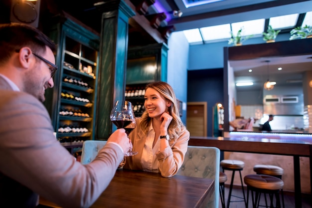Jeune couple, déjeuner, dans, a, restaurant