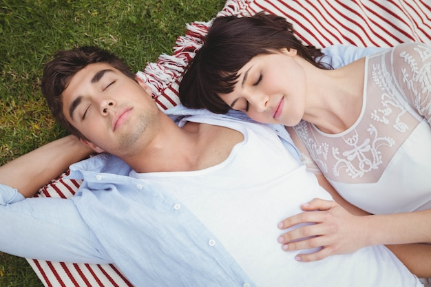 Jeune couple, délassant, couverture, jardin