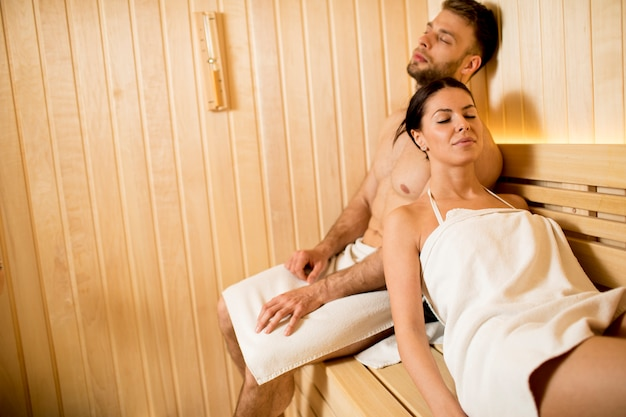 Jeune couple, délassant, dans, les, sauna