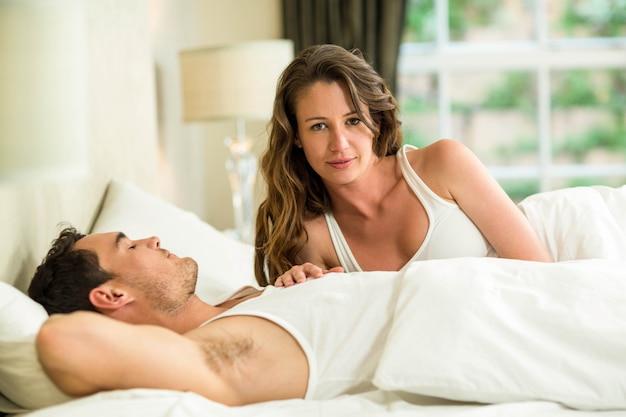 Jeune couple, délassant, lit, chambre à coucher