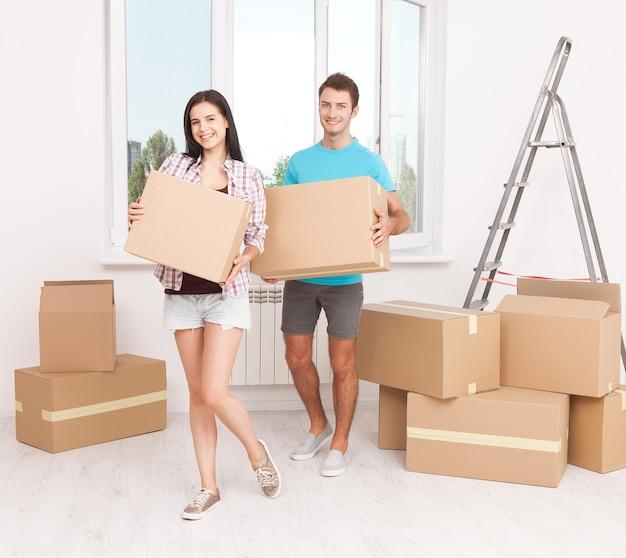 Jeune couple, déménagement, boîtes, dans, nouvelle maison