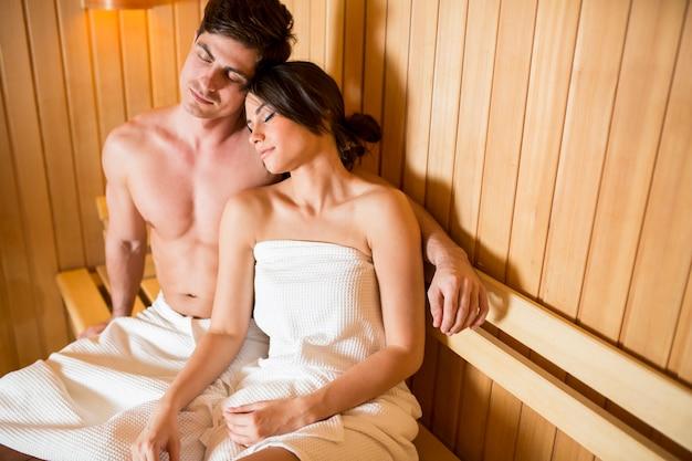 Jeune couple de détente dans le sauna
