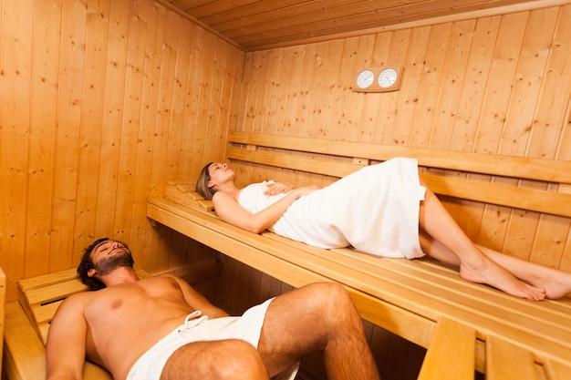 Jeune couple de détente dans un sauna