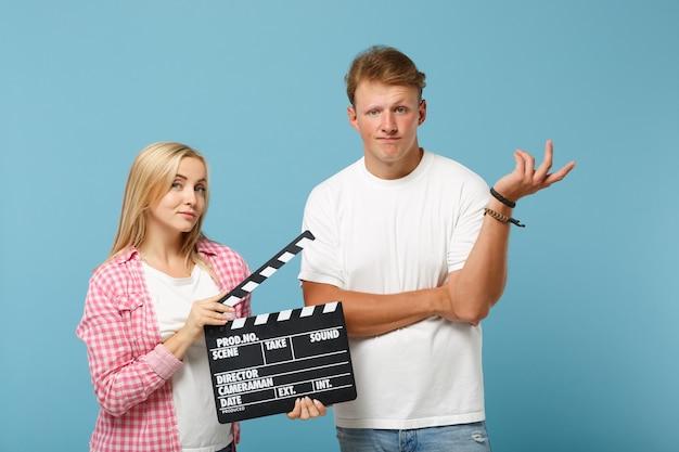 Jeune couple deux amis gars et femme en t-shirts vides roses blancs posant