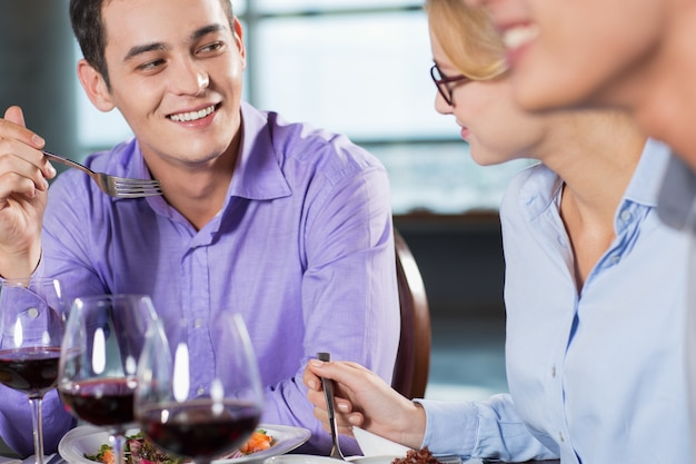 Jeune couple discussion pendant le dîner d'affaires