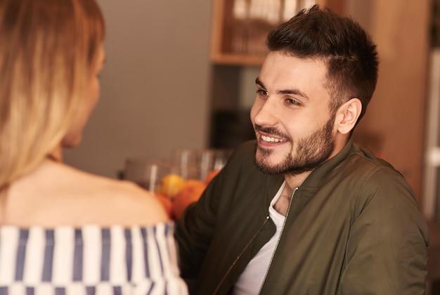 Jeune couple discutant de la relation