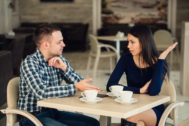 Jeune couple, discuter, dans, a, café