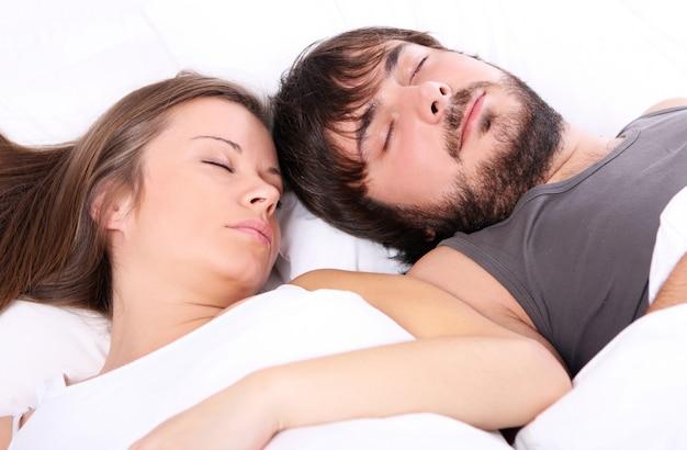 Jeune couple dort dans son lit