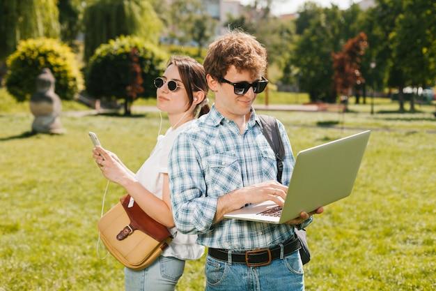 Jeune couple dos à dos dans la nature