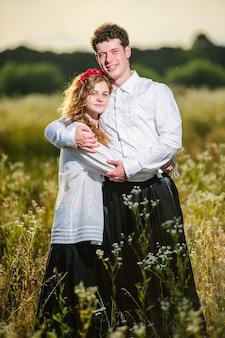 Jeune couple en dreses ukrainien traditionnel