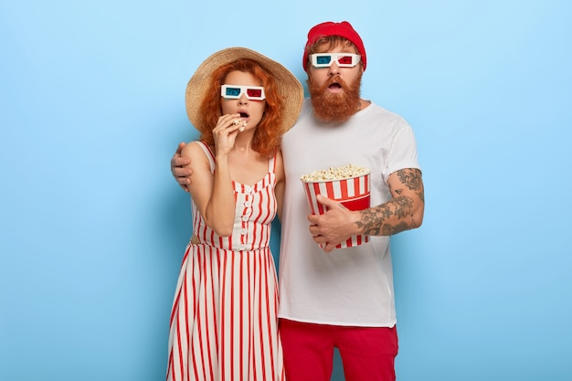 Un jeune couple effrayé vient au cinéma en soirée, choisissez la meilleure façon de passer du temps libre