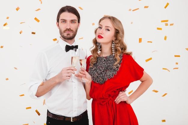 Jeune couple élégant amoureux célébrant le nouvel an et buvant du champagne