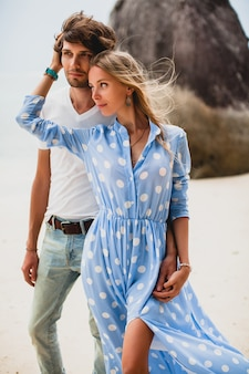 Jeune couple élégant hipster amoureux sur la plage tropicale pendant les vacances