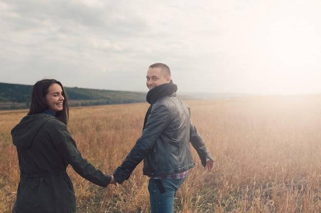Jeune couple élégant moderne à l'extérieur