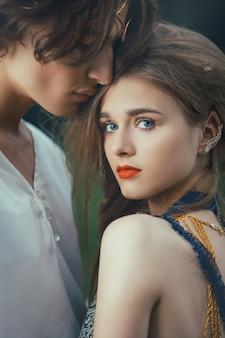 Jeune couple d'elfes amoureux en plein air