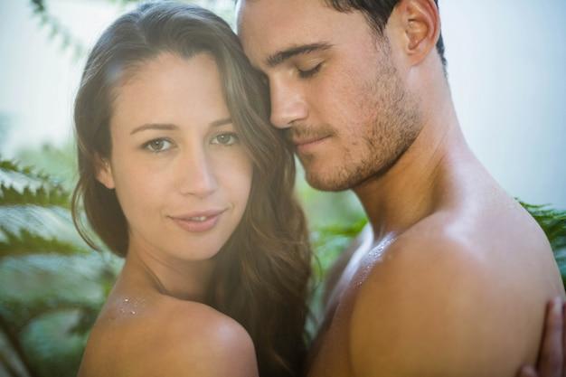 Jeune couple embrassant passionnément dans le jardin